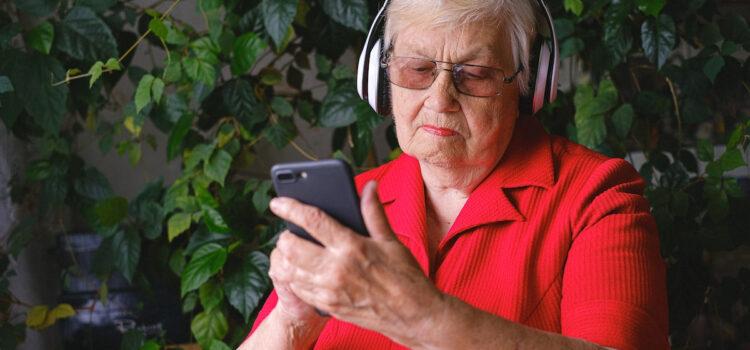 Значок против одиночества и VR-терапия: как технологии помогают пожилым   РБК Тренды
